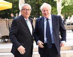 Juncker dice a Johnson que es su responsabilidad plantear