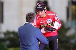 Primoz Roglic recibe su reloj Tissot como ganador de La Vuelta a España
