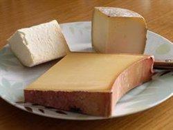 Un estudio sugiere que comer queso puede compensar el daño que provoca la sal a los vasos sanguíneos