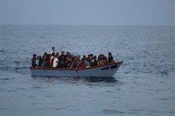 El 'Ocean Viking' pide a Italia y Malta un puerto para desembarcar a los 218 migrantes rescatados