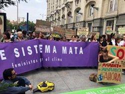 Una veintena de jóvenes piden ante el Congreso la declaración de emergencia climática y políticas feministas