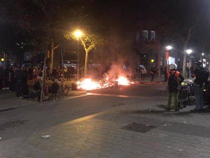 Manifestantes en Barcelona y Mossos se enfrentan en paseo de Gràcia-València