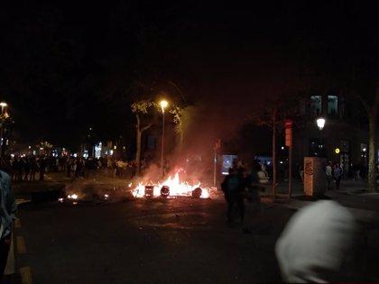 Los Mossos dispersan a los manifestantes de Barcelona en el cruce paseo de Gràcia-València