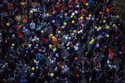 Manifestantes tiran globos al aire frente a la Conselleria de Interior en Barcelona