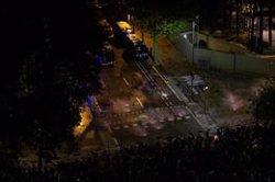 Manifestantes lanzan globos de pintura a la Conselleria de Interior en Barcelona