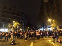 Manifestantes hacen una sentada en el cruce de Diagonal y paseo de Gràcia