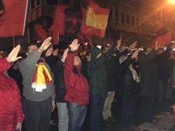 Una manifestación de La Falange clama frente a la casa de Primo de Rivera por la unidad nacional: