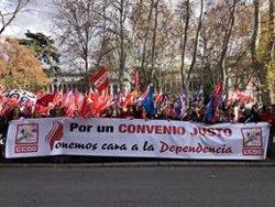 Trabajadoras del sector de la dependencia se manifiestan en Madrid para exigir mejoras salariales y laborales