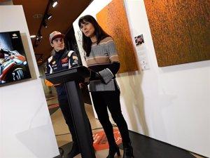 Marc Márquez y Repsol sortearán los ocho cuadros pintados por el campeón con su moto