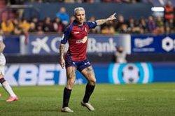 Osasuna gana al Levante (2-0) pero pierde a Chimy Ávila por lesión