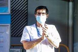 Los aplausos de agradecimiento a los sanitarios persisten aunque pierden intensidad con la desescalada