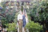 Los Reyes animan a visitar los patios de Córdoba tras conocer dos y sus labores artesanales