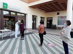 Andalucía realiza un seguimiento a 40 personas del entorno laboral y familiar del positivo de Adra