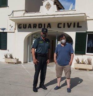 El escritor Javier Cercas visita las dependencias de la Guardia Civil en Puerto Pollença para preparar su nuevo libro