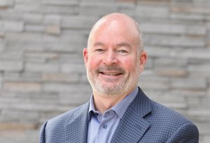 John Stapleton, nuevo director financiero interino de General Motors tras la salida de Suryadevara