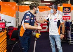 Marc Márquez (Repsol Honda) realiza una breve visita al 'paddock' de Montmeló