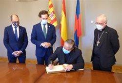 El nuncio del papa en España firma en el Libro de Oro del Ayuntamiento de Monzón (Huesca)
