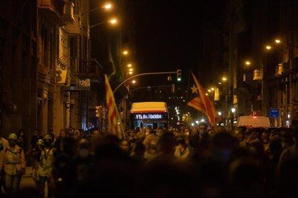 Los manifestantes de CDR en Barcelona se concentran delante de la Jefatura de Policía
