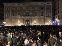 Unas 800 personas protestan contra el toque de queda en la plaza Sant Jaume de Barcelona