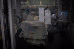 Andalucía suma 3.424 positivos y 50 fallecidos en una jornada en la que los hospitalizados bajan de 3.000