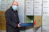 El poeta Raúl Zurita deposita en la Caja de Las Letras un facsímil con los primeros poemas de su obra 'La Vida Nueva'