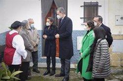 Los Reyes visitan junto a Ayuso el centro de asistencia a domicilio para personas mayores de Cáritas en Brea de Tajo