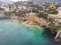 El derrumbe de un cementerio lanza unos 200 ataúdes al mar en el norte de Italia