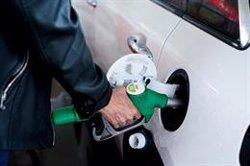 Los carburantes dan un ligero respiro, pero llenar el depósito será hasta un 21% más caro que el pasado agosto