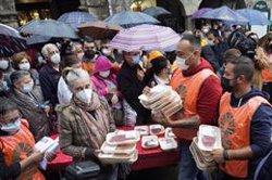 Ganaderos regalan más de 1.000 kilos de carne en Santiago de Compostela en protesta contra los bajos precios